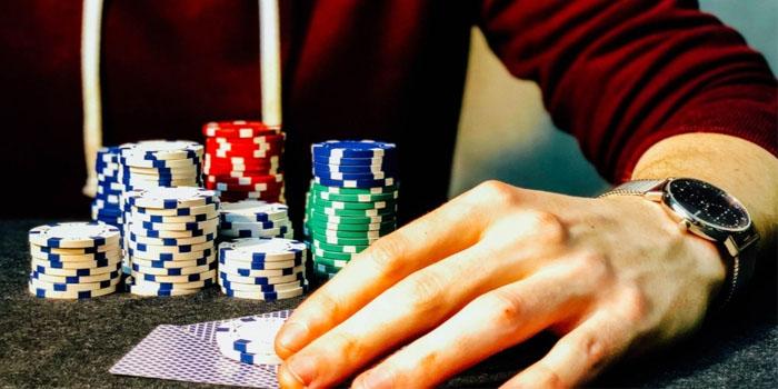 Uhkapelaaminen on siirtynyt pokerinparista kolikkopelien maailmaan